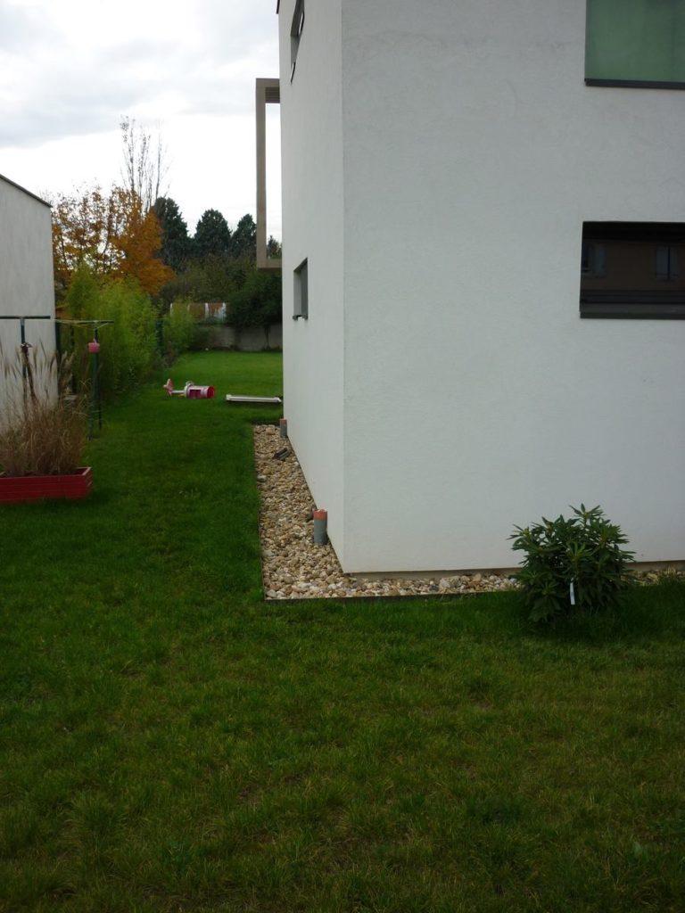Bordure, pied de mur d'une maison individuelle sous forget à Quincieux