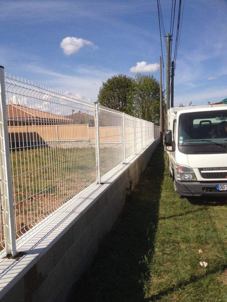 POMMIERS 69480 réalisation d\'une clôture rigide blanche sur muret ...