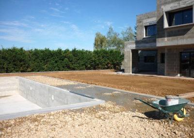 Préparation de l'engazonnement sur toit terrasse autour de la piscine à Saint Didier de Formans 01600