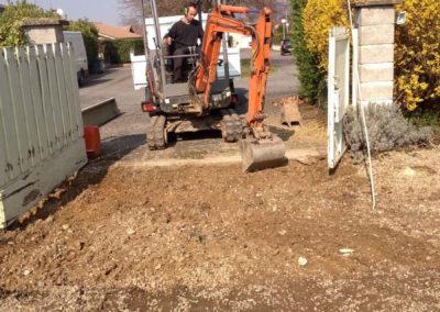 Terrassement avant pavage réalisation d'un accès à Chaleins 01480